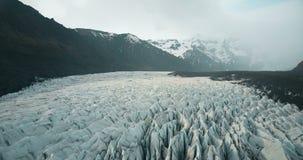 Vatnajokull冰川美好的空中全景与灰的 飞行在冰山的直升机在国家公园在冰岛 股票录像