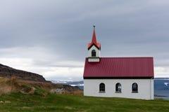 Vatnsfjardarkirkja, eine der vielen isländischen Kirchen Lizenzfreie Stockfotografie