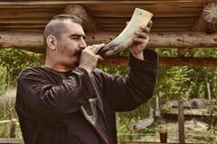Vatra,摩尔多瓦 2015年6月28日 节日标记中世纪天空 medieva的人 免版税库存照片