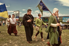 Vatra, Μολδαβία 28 Ιουνίου 2015 το φεστιβάλ σημαιοστολίζει το μεσαιωνικό ουρανό Ιστορικές λέσχες Στοκ Εικόνα