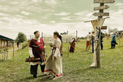 Vatra, Μολδαβία 28 Ιουνίου 2015 το φεστιβάλ σημαιοστολίζει το μεσαιωνικό ουρανό unidentified Στοκ Εικόνες