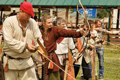 Vatra, Μολδαβία 28 Ιουνίου 2015 το φεστιβάλ σημαιοστολίζει το μεσαιωνικό ουρανό Ιστορικό RES Στοκ Εικόνες