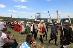Vatra, Μολδαβία 28 Ιουνίου 2015 το φεστιβάλ σημαιοστολίζει το μεσαιωνικό ουρανό Ιστορικές λέσχες Στοκ φωτογραφία με δικαίωμα ελεύθερης χρήσης