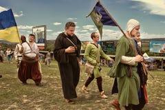 Vatra, Молдавия 28-ое июня 2015 празднество flags средневековое небо Исторические клубы Стоковое Изображение