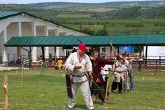 Vatra Moldavien Juni 28, 2015 festivalen flags den medeltida skyen Historisk Res Royaltyfri Fotografi