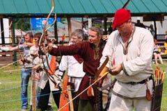 Vatra Moldavien Juni 28, 2015 festivalen flags den medeltida skyen Historisk Res Royaltyfria Bilder