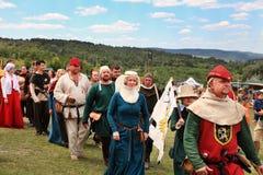 Vatra Moldavien Juni 28, 2015 festivalen flags den medeltida skyen Historiska klubbor Arkivbilder