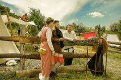 Vatra Moldavien Juni 28, 2015 festivalen flags den medeltida skyen Historiska klubbor Royaltyfria Foton
