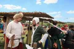 Vatra Moldavien Juni 28, 2015 festivalen flags den medeltida skyen Historiska klubbor Fotografering för Bildbyråer
