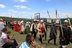Vatra Moldavien Juni 28, 2015 festivalen flags den medeltida skyen Historiska klubbor Royaltyfri Foto