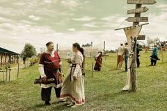 Vatra Moldavien Juni 28, 2015 festivalen flags den medeltida skyen unidentified Arkivfoto
