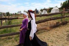 Vatra Moldavien Juni 28, 2015 festivalen flags den medeltida skyen unidentified Royaltyfri Fotografi
