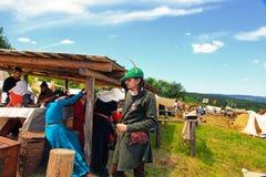 Vatra Moldavien Juni 28, 2015 festivalen flags den medeltida skyen unidentified Royaltyfria Bilder
