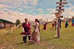 Vatra Moldavien Juni 28, 2015 festivalen flags den medeltida skyen unidentified Royaltyfri Foto