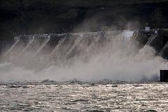 Vatten över den Wanapum fördämningen Royaltyfria Foton