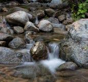 Vatten över Rocks Arkivfoton