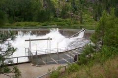 Vatten över skenmanöverfördämningen Arkivbilder