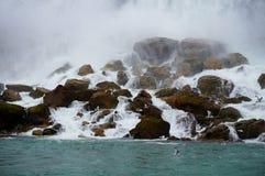 Vatten över vaggar med Seagulls Arkivbilder