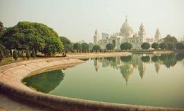 Vatten av dammet nära strukturen Victoria Memorial Hall i Kolkata royaltyfria foton
