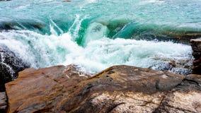 Vatten av den Athabasca floden som applåderar över nedgångarna Arkivfoto