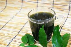 Vatten ?Bai-ya-nang ?eller vetenskapligt namn ?Tiliacora triandra ?, naturligt v?xt- dricksvatten f?r h?lsa royaltyfri foto