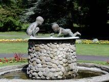 Vatten behandla som ett barn Fountain Valley trädgårdar Harrogate Arkivbild