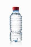 Vatten Den lilla plast- vattenflaskan med vatten tappar på vitbaksida Royaltyfria Foton