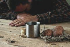 Vatten, en skiva av bröd, potatisar och eurocent Royaltyfri Fotografi