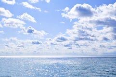 vatten för blå sky för bakgrund soligt Arkivfoto