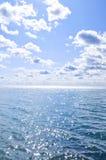 vatten för blå sky för bakgrund soligt Arkivbild