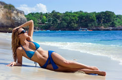 vatten för blond flicka för strand avslappnande Royaltyfria Bilder