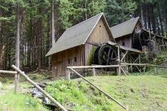 Vatten för den guld- minen maler i Zlate Hory, Tjeckien Arkivfoton