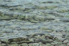 Vatten för det gröna havet med vaggar royaltyfria bilder