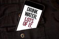 Vatten för drink för ordhandstiltext Massor av det Affärsidé för att dricka flytande för att hålla vår kropp i stor statusmobilte royaltyfria bilder