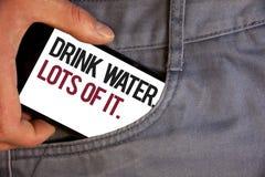 Vatten för drink för ordhandstiltext Massor av det Affärsidé för att dricka flytande för att hålla vår kropp i stor statusrollhan fotografering för bildbyråer