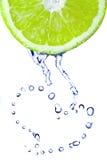 vatten för dropphjärtalimefrukt arkivfoton