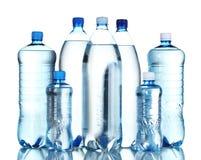 vatten för flaskgruppplast- Arkivfoto