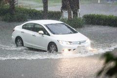 Vatten för floden för bilkörning, regnar det tungt hårt, något av översvämmad royaltyfri fotografi