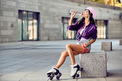 Vatten för Hipsterflickadrink och vila efter aktiv tid royaltyfria bilder