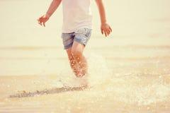Vatten för kust för barnspringstrand plaskande Arkivfoton