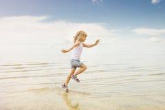 Vatten för kust för barnspringstrand plaskande Arkivbilder