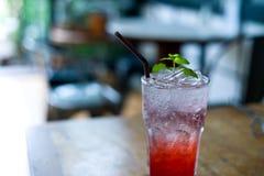 Vatten för lemonadjordgubbesodavatten i exponeringsglas är dricka för läker Royaltyfri Bild