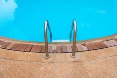 vatten för pölsimningparaplyer Arkivfoton