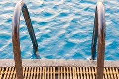 vatten för pölsimningparaplyer Arkivbild