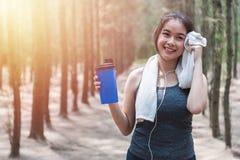 Vatten för protein för härlig för ung kvinna för sport för flicka övning för livsstil sunt dricka, når att ha kört genomkörare royaltyfri bild