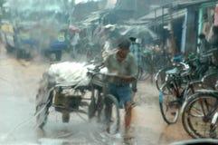 vatten för regn för orsakskolkata loggad arkivbild