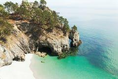 vatten för sikt för oklarhetshavsky Naturbakgrund med inget Morgat Crozon halvö, Brittany, Frankrike royaltyfri bild