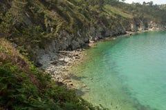 vatten för sikt för oklarhetshavsky Naturbakgrund med inget Morgat Crozon halvö, Brittany, Frankrike royaltyfria foton