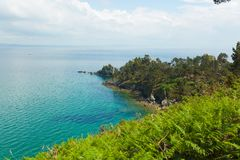 vatten för sikt för oklarhetshavsky Naturbakgrund med inget Morgat Crozon halvö, Brittany, Frankrike royaltyfri foto