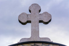 vatten för sten för kloster s för man för springbrunn för öppningskorsflöden sakralt Royaltyfri Fotografi